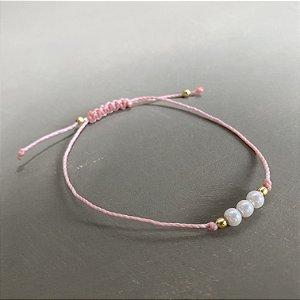 Pulseira com fecho regulável macramê fio rosa e pérolas.