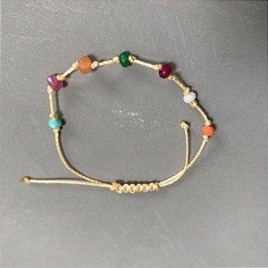 Pulseira com fecho regulável macramê fio bege e cristais tchecos coloridos.