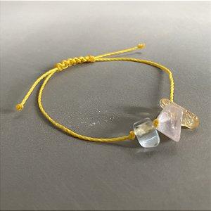 Pulseira com fecho regulável macramê fio amarelo e cascalhos coloridos.