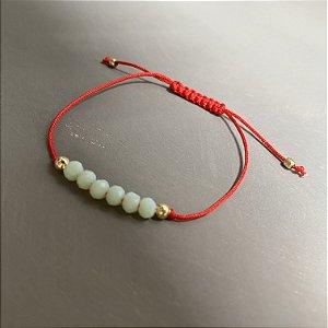 Pulseira com fecho regulável macramê fio vermelho e cristais lapidados verde claro.