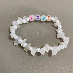 Pulseira de cascalhos com miçangas brancas e pingentes escrito LOVE colorido.