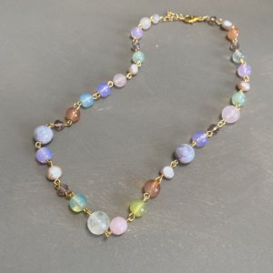 Colar curto alfinetado com pérolas barrocas e esferas de vidro(tipo murano) colorido.