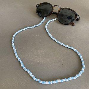 Cordão de óculos e cordão de máscara de miçangas azul claro e branca.