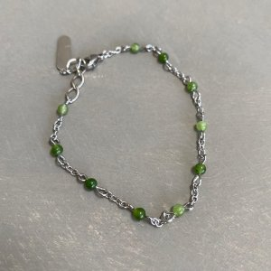 Pulseira alfinetada com esferas de vidro ( tipo murano) verde.