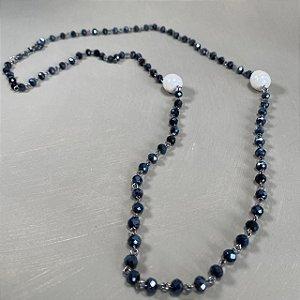Colar longo alfinetado de cristais tchecos lapidados azulado e pérolas shell.