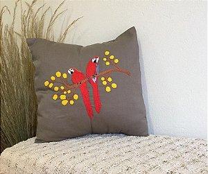 Capa de Almofada Bordada Arara Vermelha e Ipê Amarelo