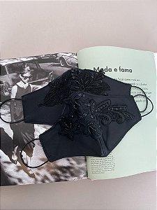 Máscara preta com aplicação em renda bordada