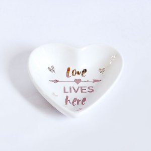 Pratinho Pequeno Porta Anéis de Cerâmica Coração Love Lives Here Branco e Dourado