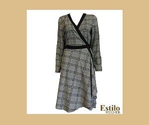 Vestido curto cinza. transpassado de estampa xadrez