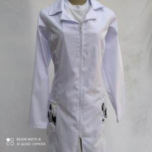 Jaleco Selenita, feminino,  acinturado, tecido Ibiza, manga longa, com renda no bolso