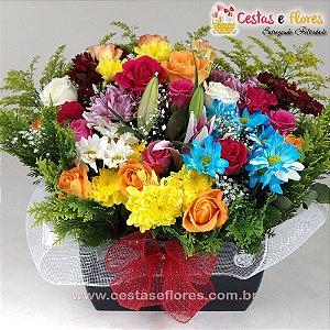 Belo Arranjo de Rosas e Flores do Campo