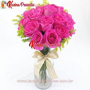 Buque com Rosas Cor de Rosa no Vaso de Vidro