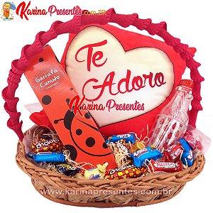 Cesta de Chocolates + Travesseiro TE ADORO + GARRAFA CANUDO JOANINHA