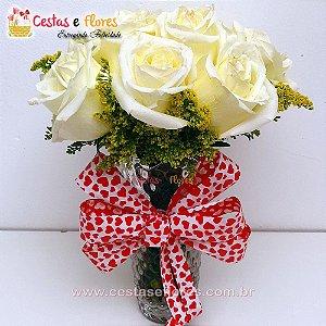 Buque Rosas Brancas no Vaso de Vidro