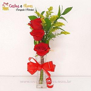 Arranjo de 03 Rosas Vermelhas no Vaso de Vidro
