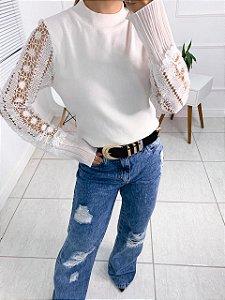 Blusa em modal em detalhe de renda na manga
