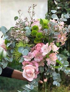 Assinatura de flores - Mix de flores tons rosa com folhagem verde sem vaso