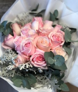 bouque rosas com folhagens verde sem vaso