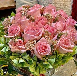 Arranjo com rosas no vaso vidro