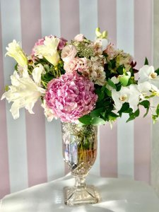 Mix de flores branca e rosa na taça fina