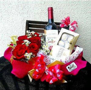 Kit com Rosas, Vinho e Ferrero