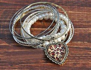Conjunto de Pulseiras Douradas Pérolas com pingente coração de oncinha