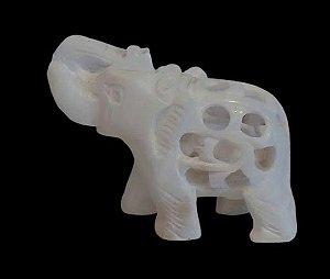 elefante esculpido no mármore com baby elefante
