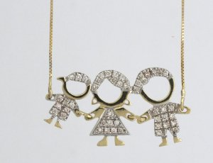 pingente famila em ouro amarelo com rodio e diamantes.