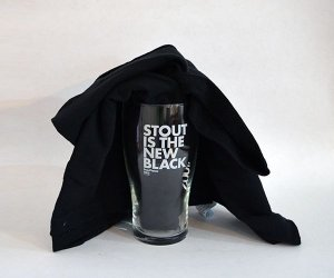 Pint e Camiseta - Stout is the New Black (BeerFlakes 002)