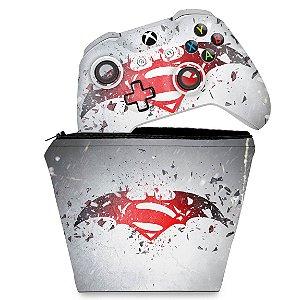 KIT Capa Case e Skin Xbox One Slim X Controle - Batman vs Superman Logo