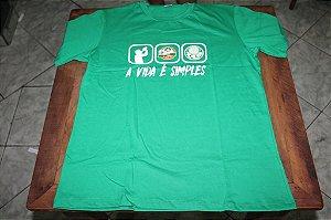 """Camiseta Masculina Verde com a frase """"A Vida é Simples"""""""