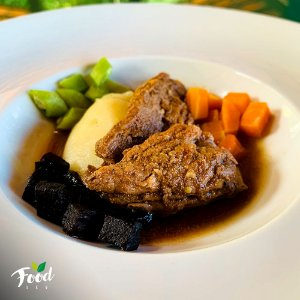 Bife de Panela com Purê de Batata Inglesa e Legumes