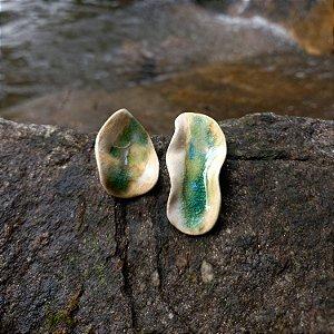Brinco de cerâmica com detalhe em vidro verde