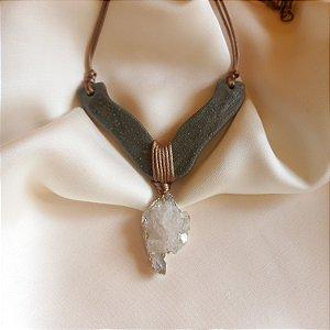 Colar de cerâmica V e drusa de cristal