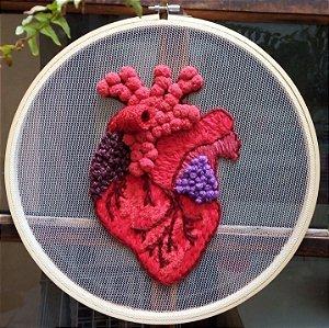Coração bordado no tule