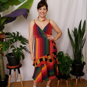 Vestido transpassado listrado colorido
