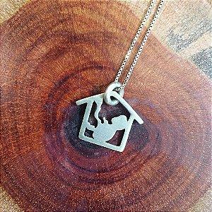 Colar Amuleto em Prata com Pingente Nasci em Casa