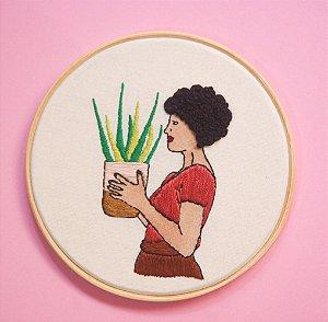 Mulher segurando vaso