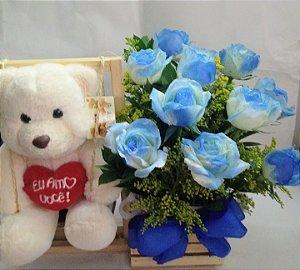 Balancinha com rosas brancas tingidas de azul.Entrega em até 3 horas.Horário comercial.