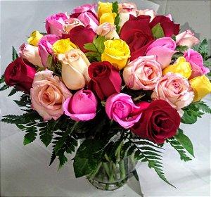 Buquê de rosas misto no vaso de vidro.Entrega em até 3 horas.Horário comercial.