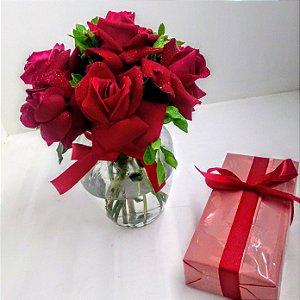 Vaso com rosas mais caixa de bombons sortidos