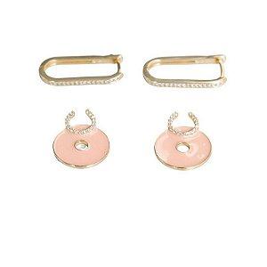 Argola oval cravejada com perloque esmaltado rosé e ferradura microcravejada
