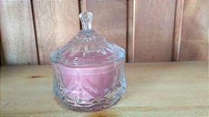 Vela em pote grande de vidro com tampa e aromatizada.
