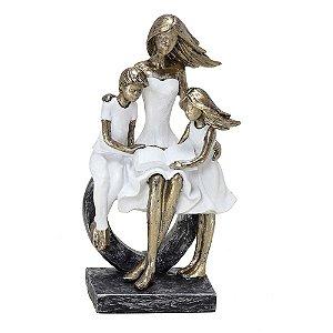 Estatua Decorativa Mãe Filhos Fazendo Leitura Resina Mabruk