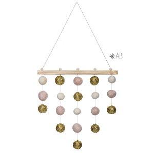 Móbile de parede com bolinhas de feltro combinação rosa pastel, branco e glitter dourado para decorar quartos infantis
