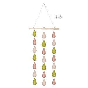 Móbile de parede com gotinhas de feltro combinação rosa e verde para decorar quartos infantis