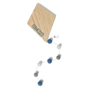 Pipa de madeira com cauda de bolinhas de feltro para decorar quartos e enfeitar portas de maternidade