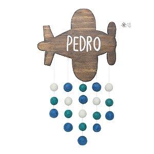 Avião de madeira com bolinhas de feltro