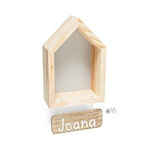 Nicho Casinha P com plaquinha de madeira pendurada para porta de maternidade