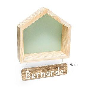 Nicho Casinha M com plaquinha de madeira pendurada para porta de maternidade